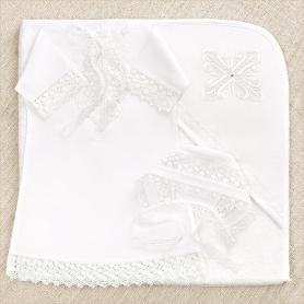 крестильный комплект для девочки с белым крестом на полотенце