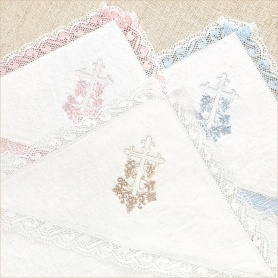 капюшоны крестильных полотенец с разным цветом вышивки