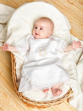 крестильная распашонка на ребенке