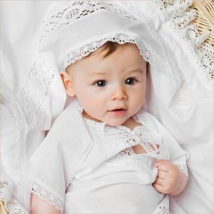 крестильный набор для мальчика с кружевной рубашкой и тонкой пеленкой