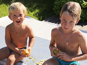 Ваня 4 года и Илья 8 лет