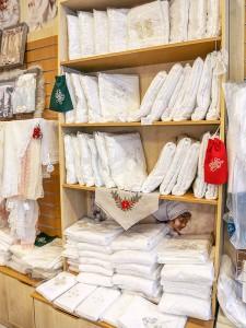 витрина с крестильными полотенцами в огромном ассортименте