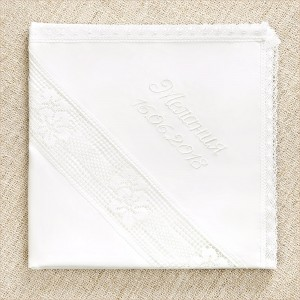 крестильная пеленка с широким кружевом и белой именной вышивкой