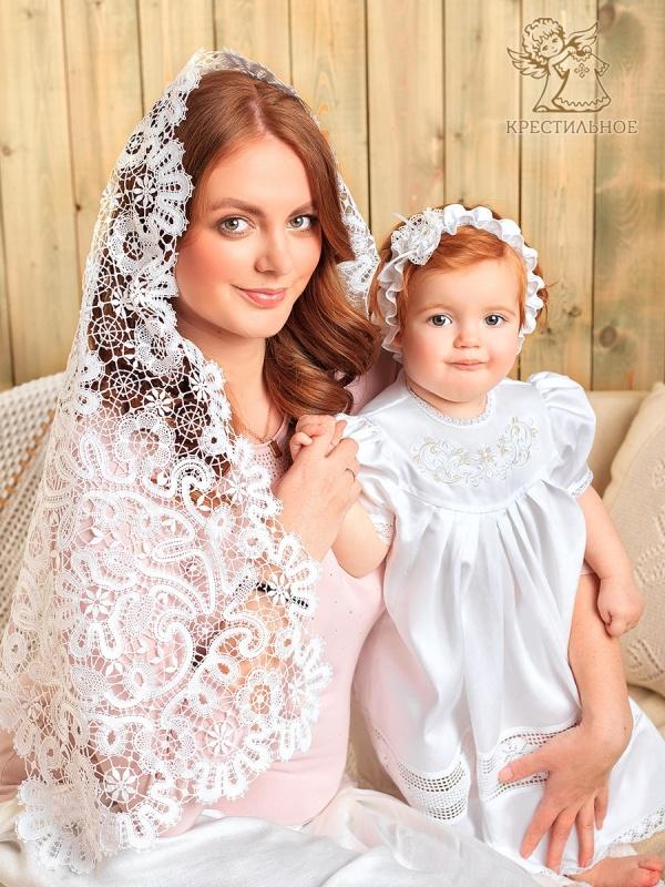 мама с девочкой в повязке и крестильном платье