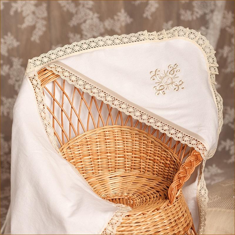 Фланелевая пеленка с бежевым кружевом и бежевым крестиком для крещения девочки