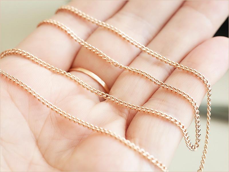 золотая пустотелая цепь ПГ 0,5п на женской руке