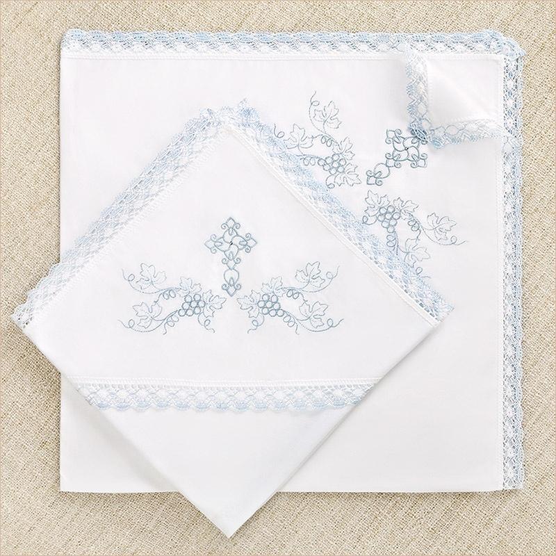 кружевная крестильная пеленка с голубым кружевом и вышивкой