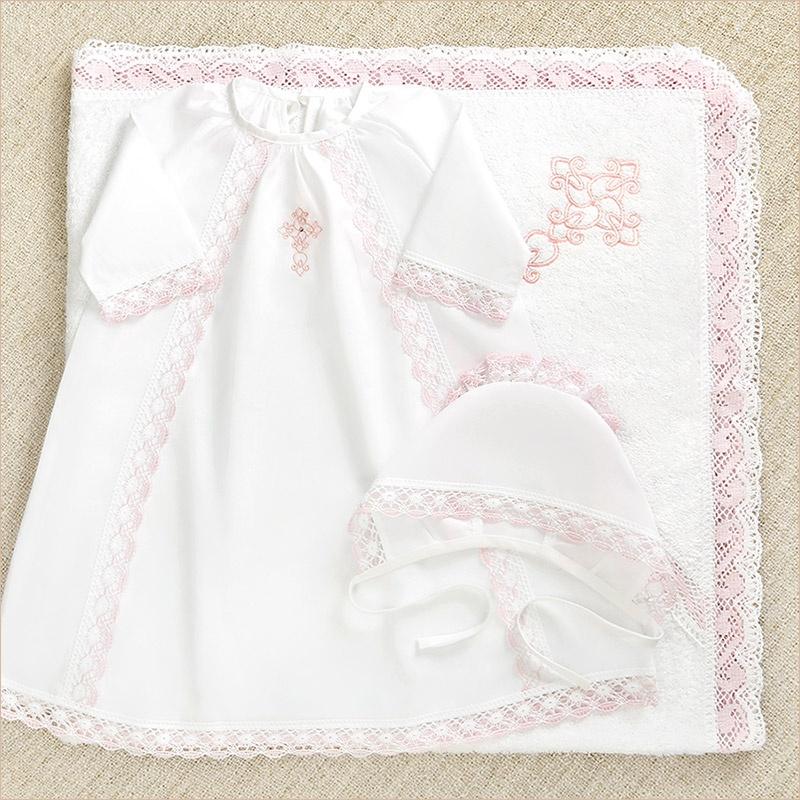 крестильный набор с красивым розовым кружевом и махровым полотенцем с уголком