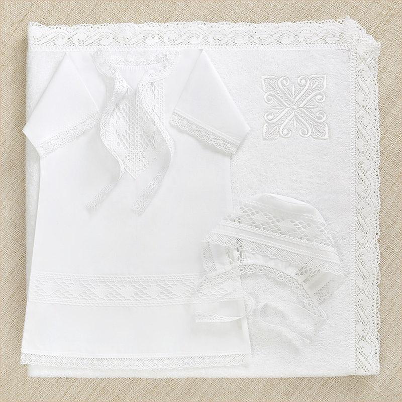 крестильный набор для мальчика с кружевной рубашкой и полотенцем