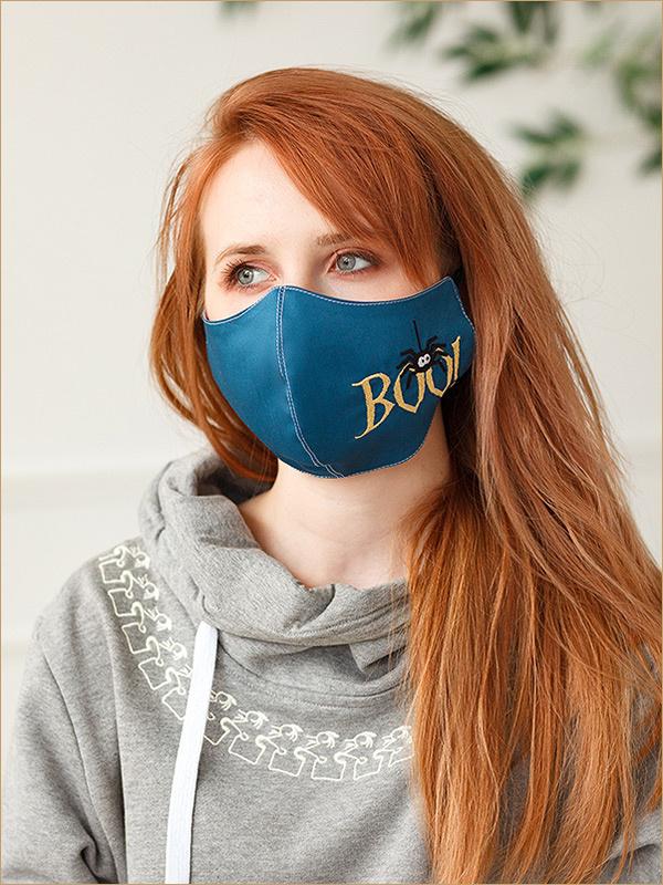 Синяя маска с вышитым паучком