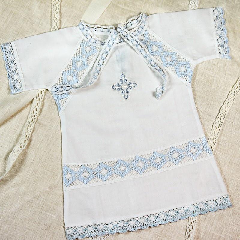 крестильная рубашка для мальчика с бело-голубым кружевом