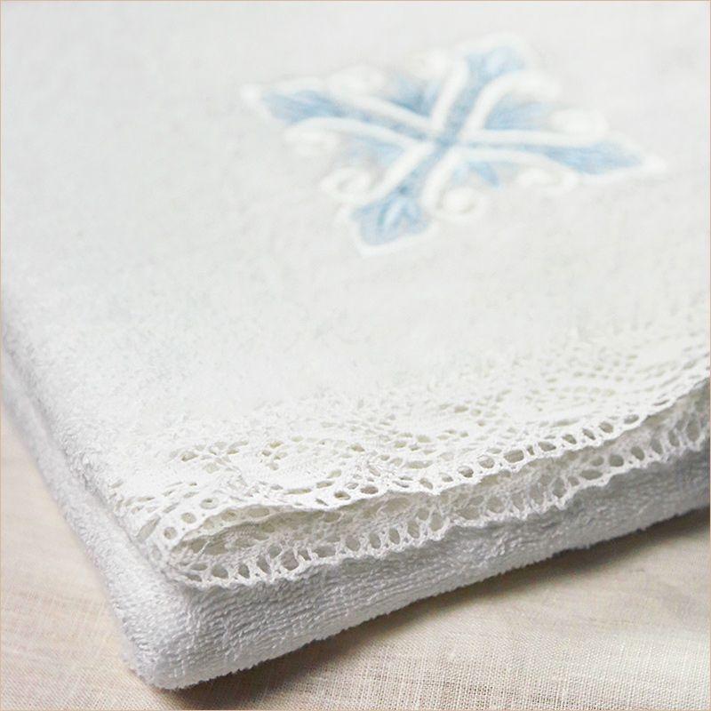 крестильное полотенце с бело-голубым лучистым крестом