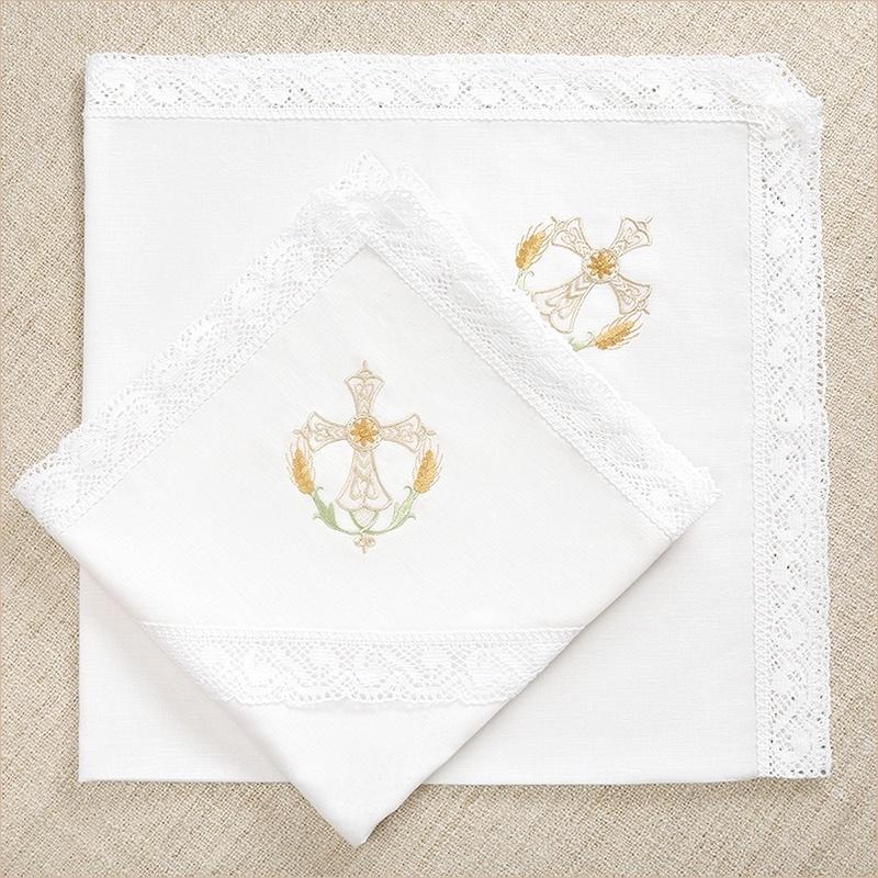 льняные пеленки с широким кружевом и красивым крестиком для крещения ребенка