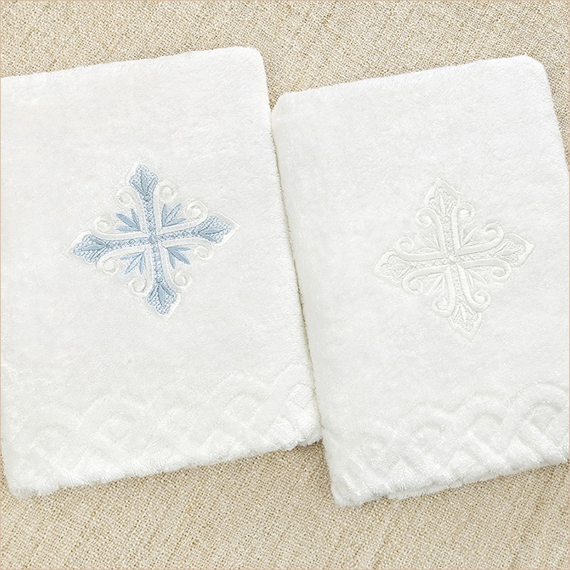 классические крестильные полотенца с вышитым лучистым крестом двух цветов