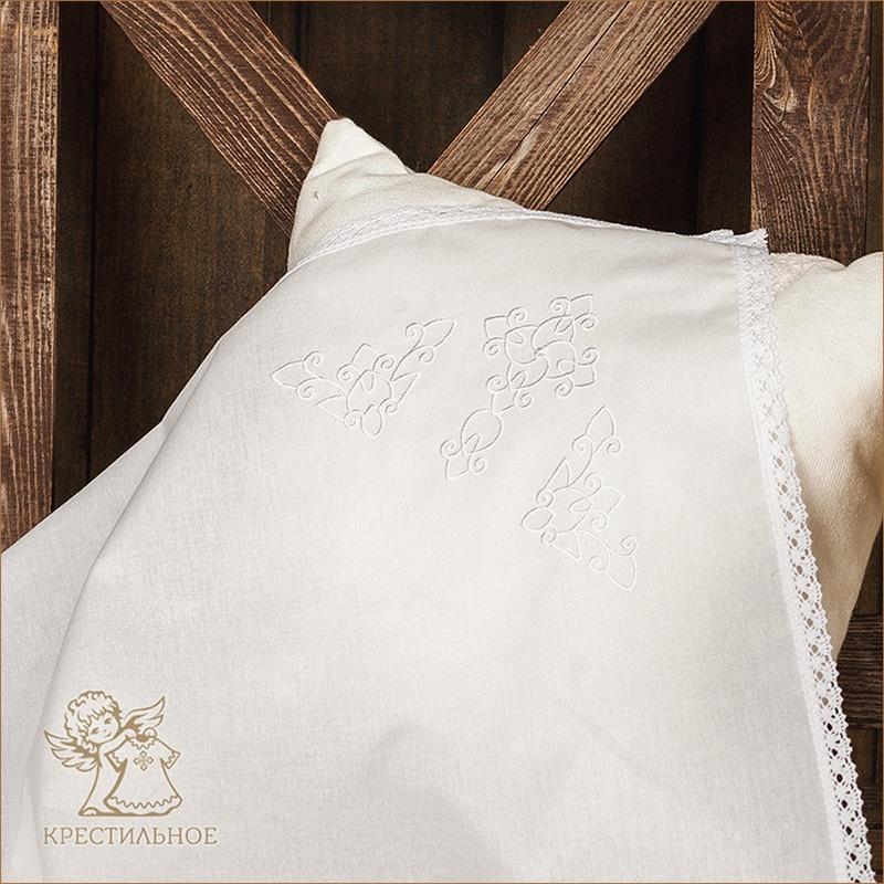 крестильная пеленка для мальчика с белой вышивкой на уголке